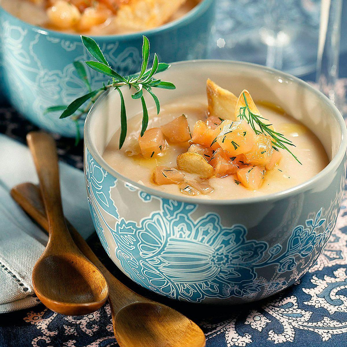 Tartar de salmón son sopa fría de pepino