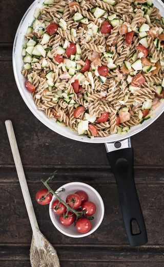 Een makkelijke en snelle maaltijd, dat is deze volkorenpasta met zalm, courgette en tomaat. We brengen de maaltijd op smaak met Boursin en wat grof gemalen peper. Simpel, gezond en snel, wat wil je no