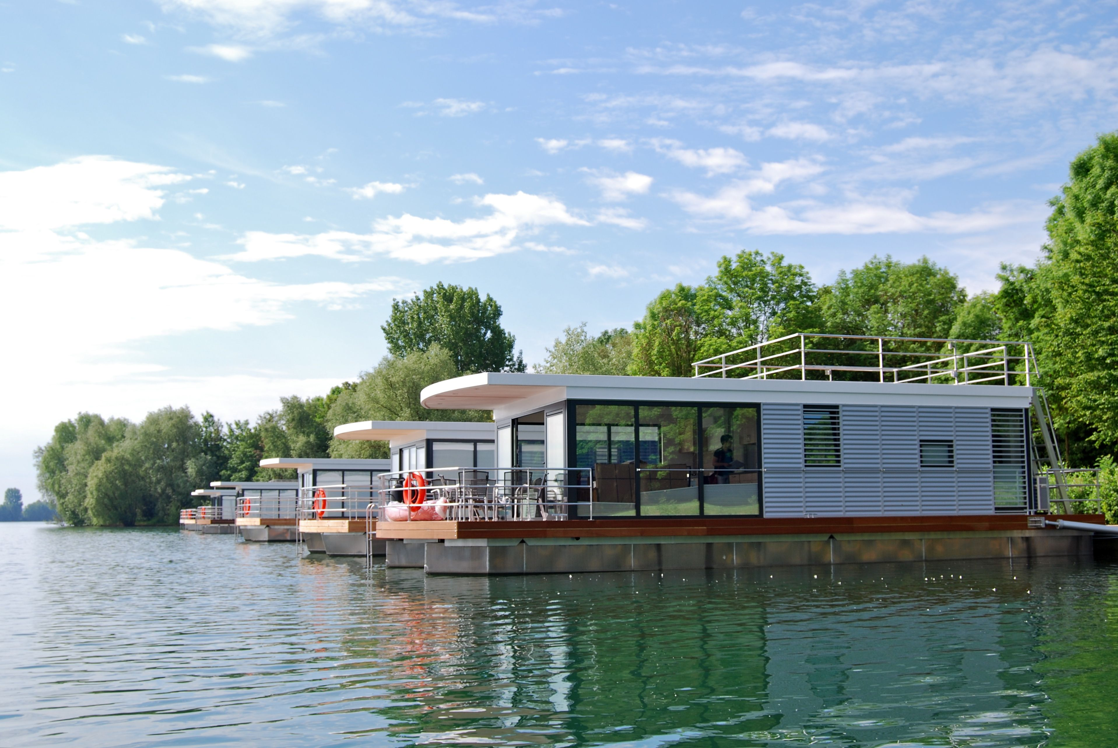 Hausboote vom Typ floating 44 von floating house aus Berlin - Die Hausboote befinden sich in Xanten am Rhein. Alle Hausboote kann man für den Urlaub mieten!