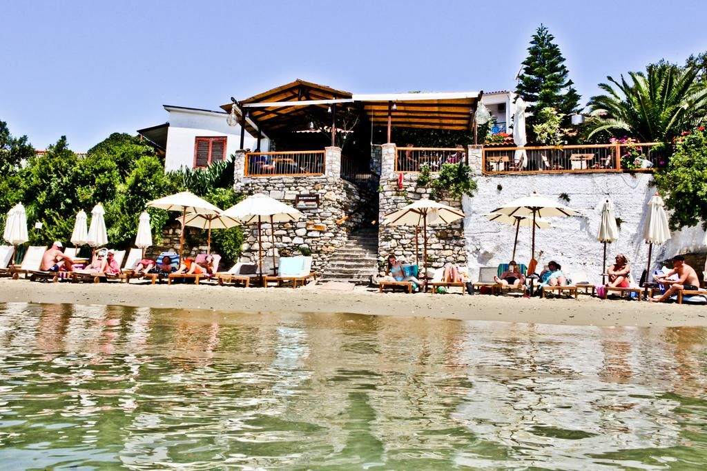 Megali Ammos House || Megali Ammos House features air-conditioned rooms, and a beachfront bar-restaurant. It is situated on Megali Ammos Beach. Sun beds and umbrellas are available for rent on the beach.