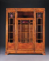 CARVED WALNUT AND GLASS ARMOIRE LOUIS MAJORELLE