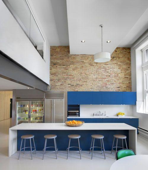 Cocina abierta en vivienda rehabilitada, isla central como barra ...