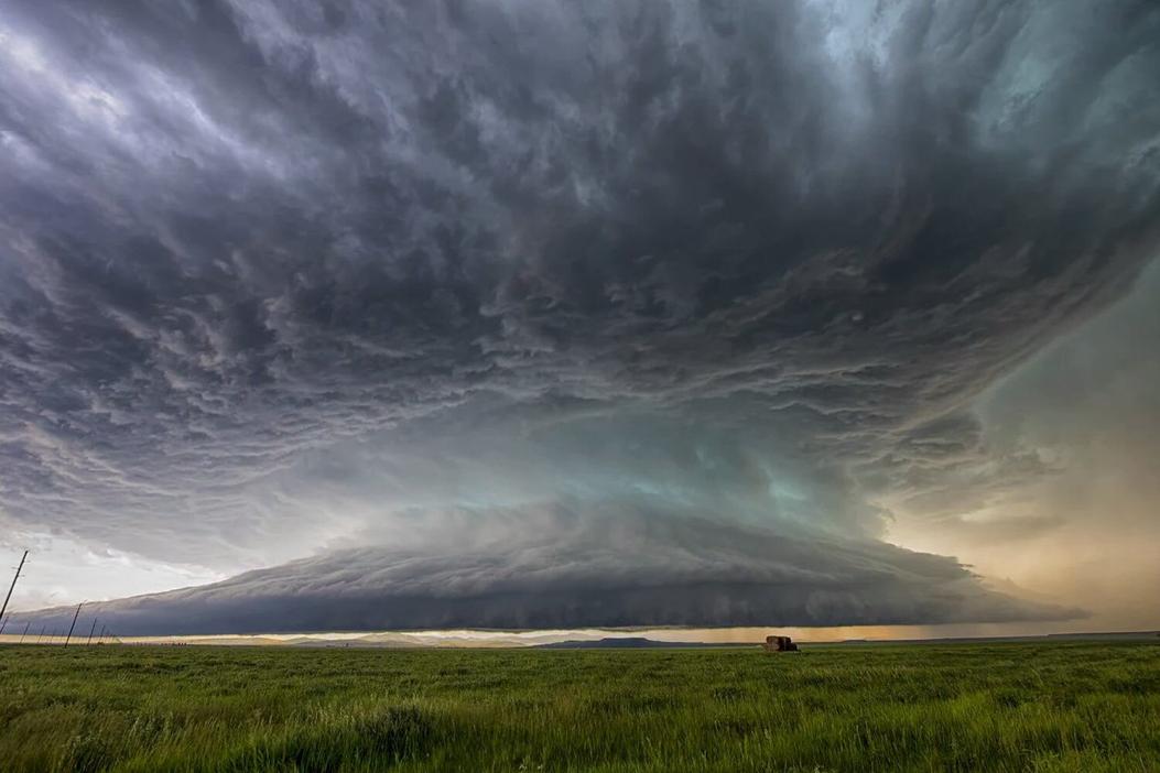 Espectacular tormenta el pasado 10 de junio sobre la montaña cerca de Stanford — Montana.