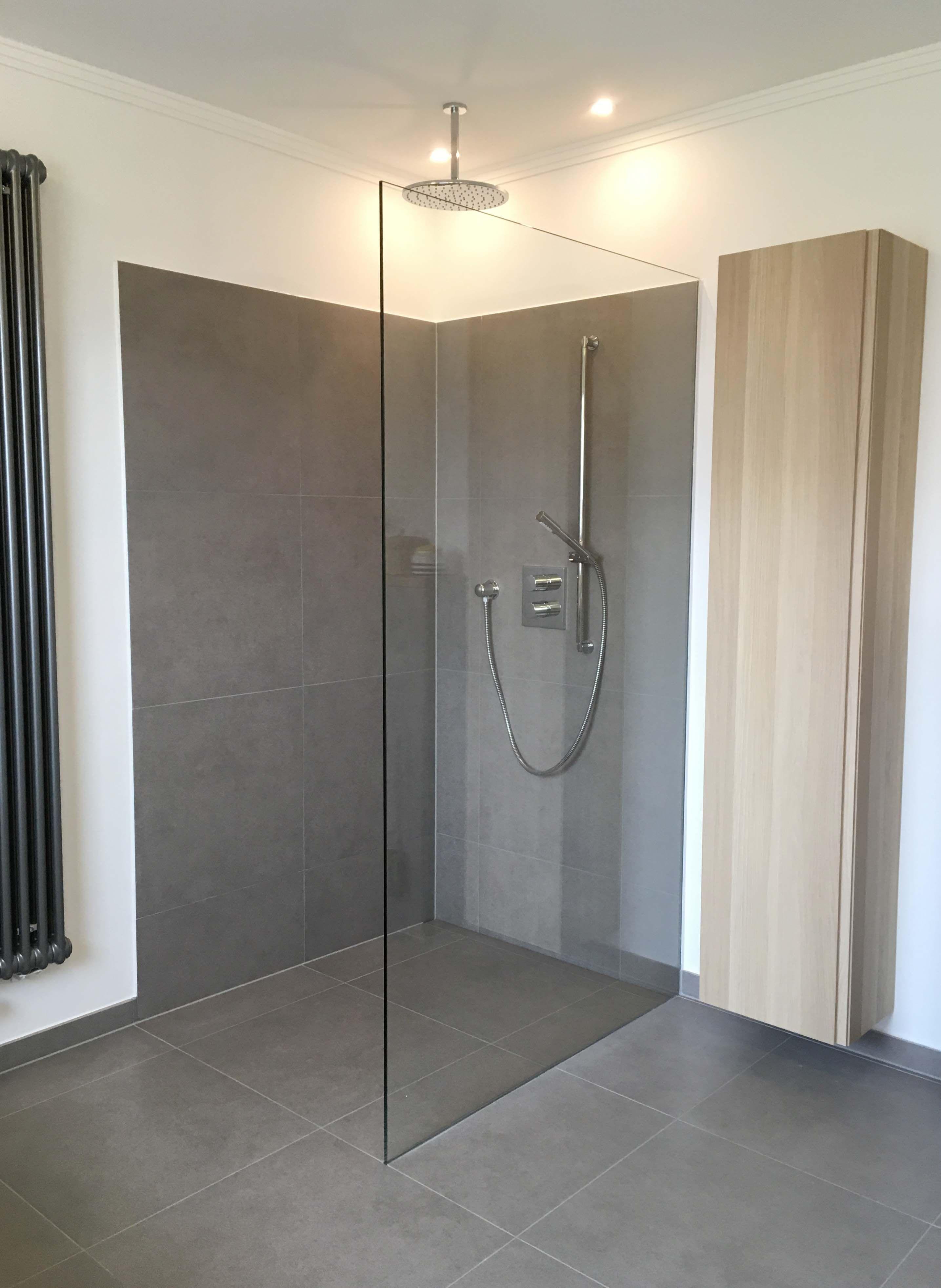 Dusche Ebenerdig Grau Fliesen Glasabtrennung Rainshower In 2020 Graue Fliesen Badezimmer Dusche Fliesen Glastrennwand