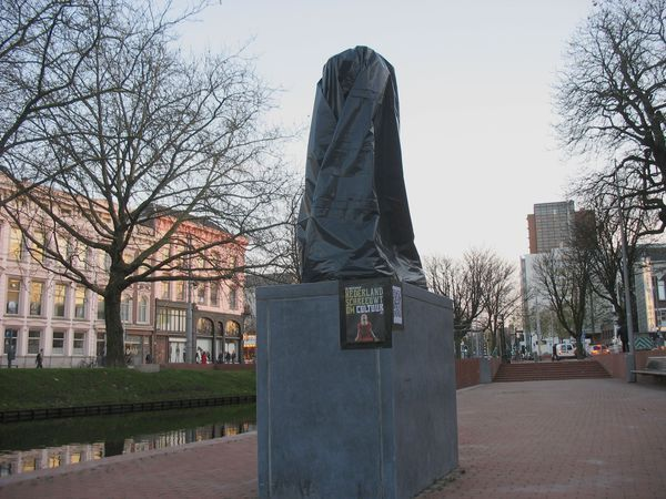 Rodins 'l'Homme qui marche' disguised as his (beheaded) 'Balzac' (photo: Evert Pronk)