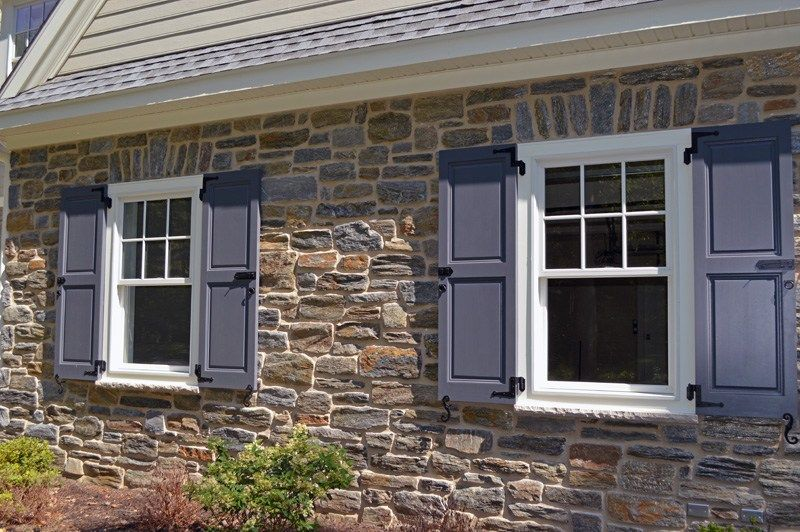 The Elegant Stone Facade Of This Home Has Been Constructed With Our Heritage Mica Thin Stone Ven House Exterior Stone Exterior Houses Best Exterior House Paint