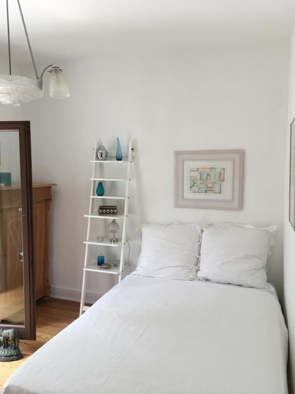 Ein Sehr Schönes, Helles Schlafzimmer Mit Einer Coolen Nachttisch Idee!  Schön Dekoriert Kommen Die Verschiedenen Etagen Perfekt Zum Vorschein!