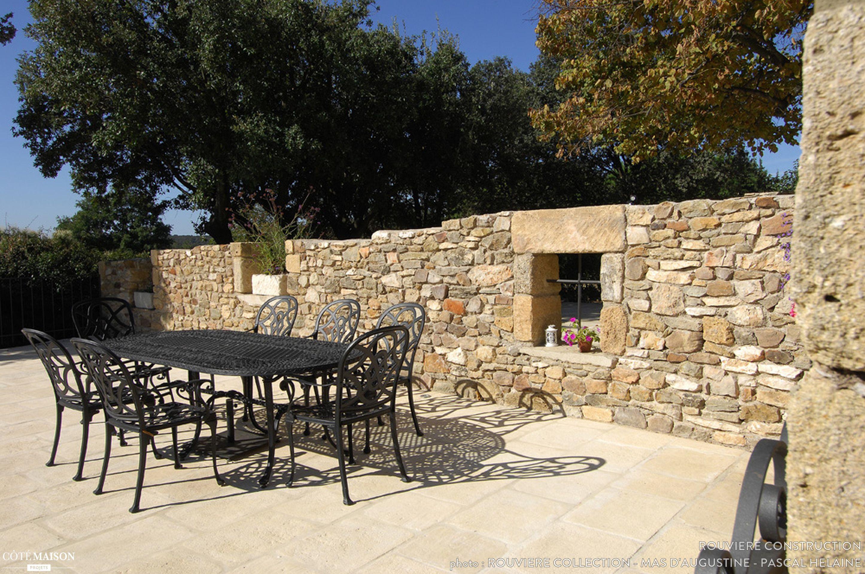 Une jolie terrasse provençale avec un mur en briques claires ...