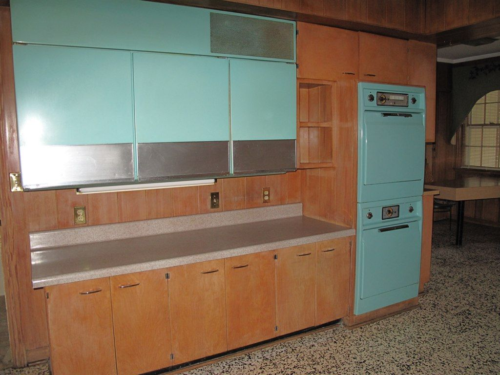 1950 S Wall Cabinet Refrigerator Freeze This Is Pretty Close To The One I Remember Retro Kitchen Vintage Kitchen Vintage House