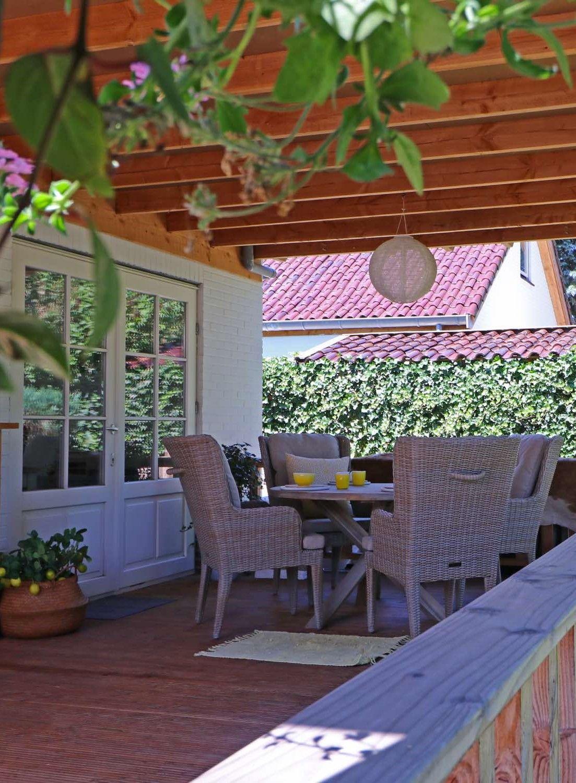 Leuke tuinset onder de overkapping of veranda. Een ronde ...