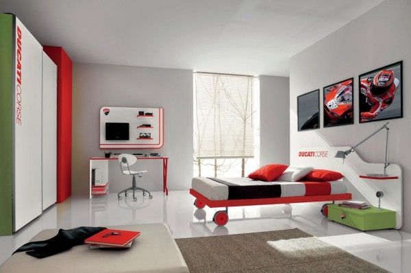 Red green teenage boys room voor meer kinderkamer inspiratie