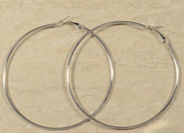 Lindo Par de Brincos de Argolas Material: Bijuteria Medidas: 5,5 cm x 5,5 x cm