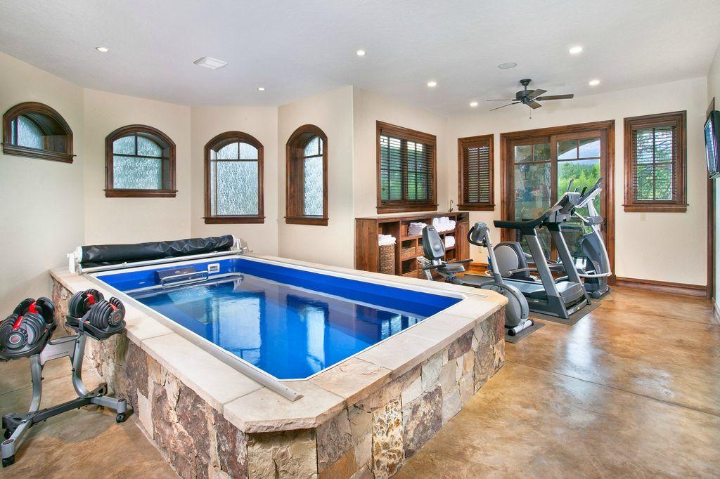 Endless Pool Option Salle De Sport Maison Design De Salle De Gym Piscine Intérieure