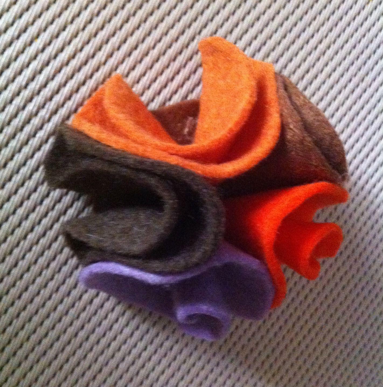 Broche en forme de chou en feutrine orange, marron et violet.   Broche par  babachicklit 2a95793fe60
