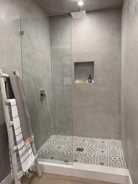 I like the tile accents with the plain earth tone tadelakt.