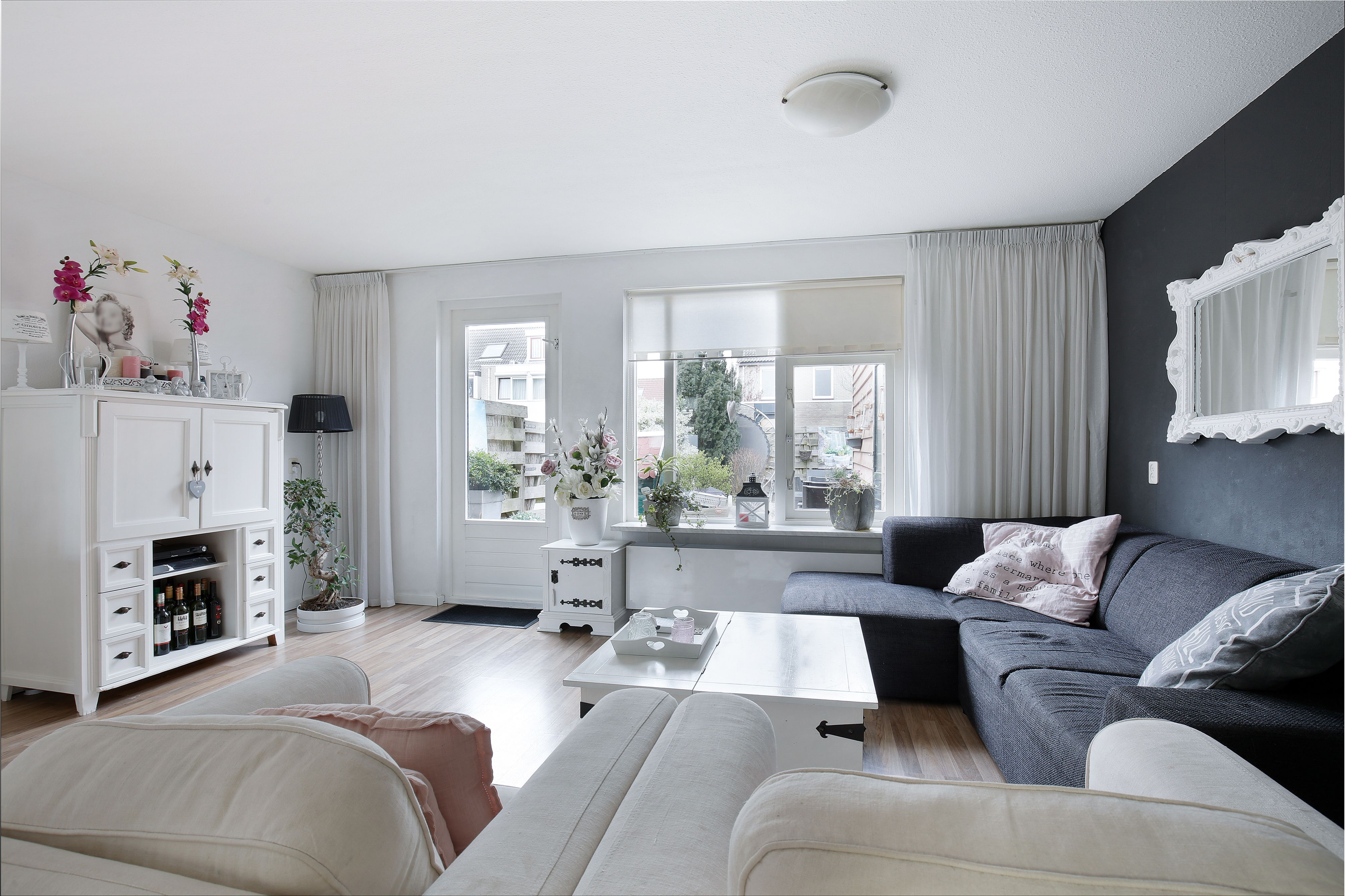Sfeervolle woonkamer met donkere en lichte kleuren. - Woonkamers ...