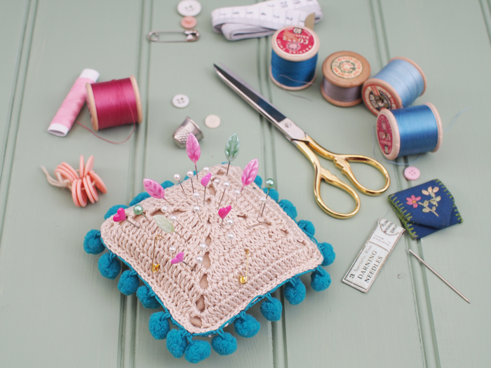 http://messyla.typepad.com/messyla-blog/2014/12/pom-pom-pin-cushion-pattern.html?pintix=1#
