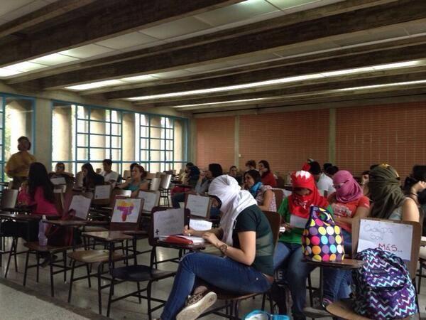 """#2A """"No somos delincuentes, somos estudiantes que luchamos por Venezuela"""" #Ucab vía @VaneEisig pic.twitter.com/lRSIPQHRha"""