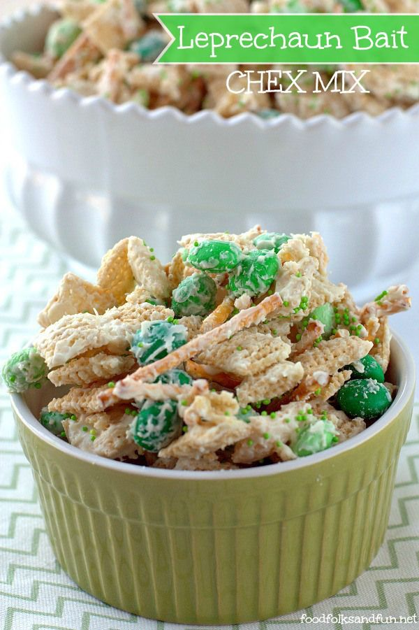 Leprechaun Bait Chex Mix - a quick & easy treat to make with your kids! #LuckyRecipe #SpringEats #StPatricksDay