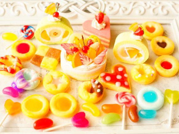 スイーツデコ (M027) 25個入り バラエティーパック:フルーツケーキ、ロールケーキ、アイシングクッキー他