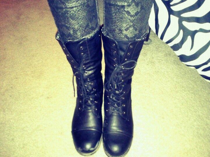 Combat boots/Printed pants
