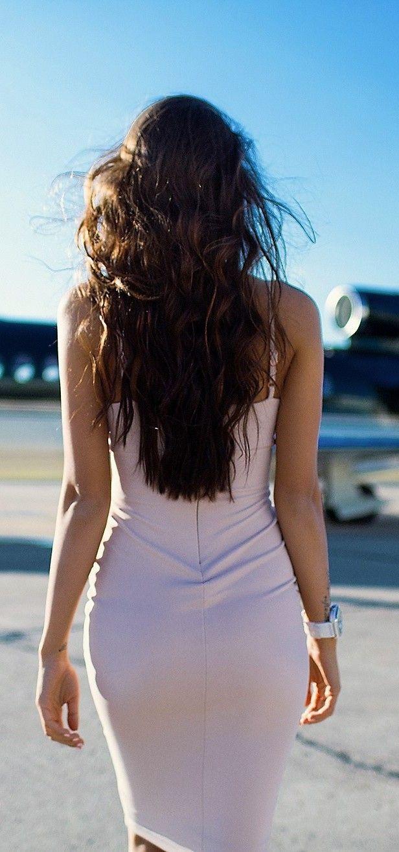 Фотография идущей женщины сзади