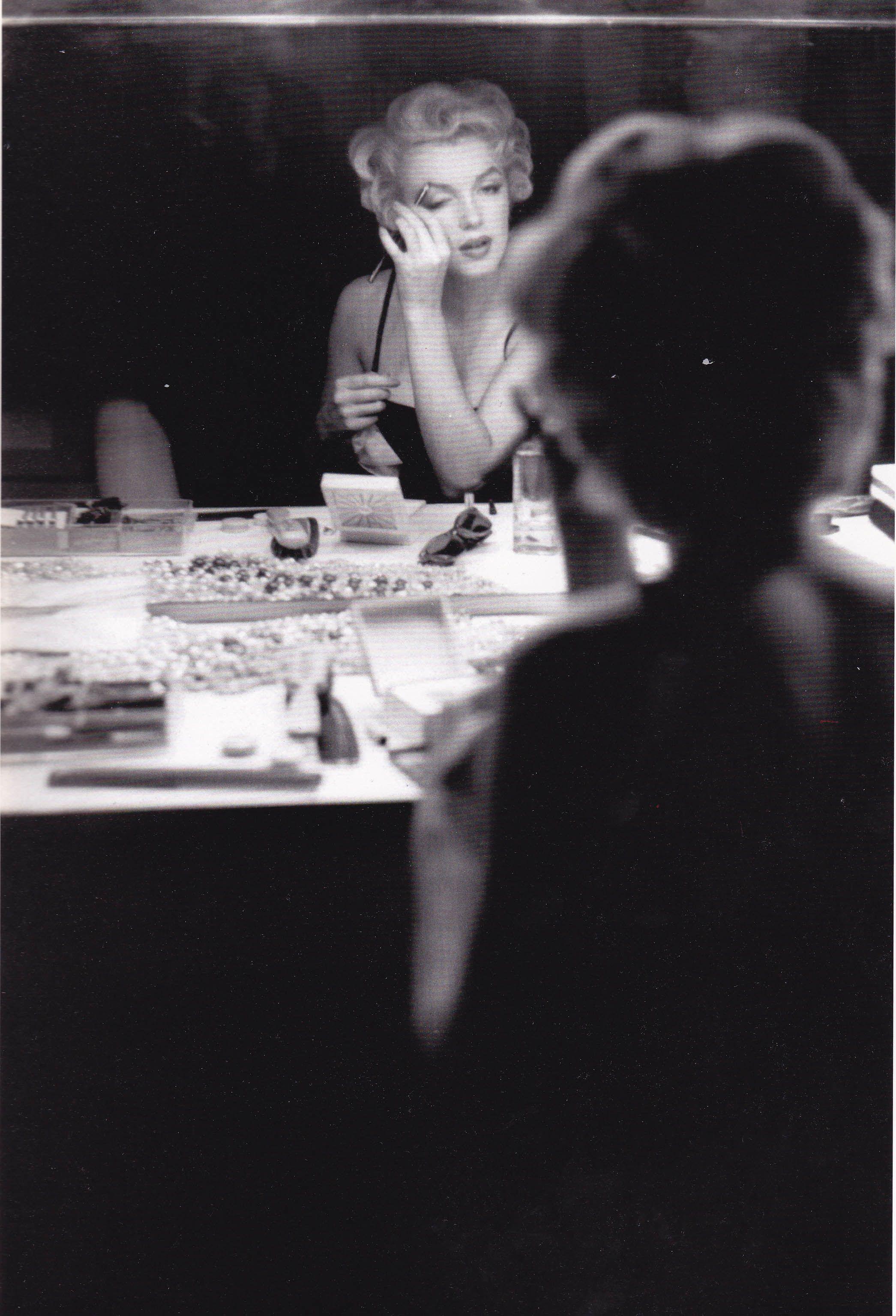 putting on make up | R U N D K A N T / Trapholt | Pinterest ...