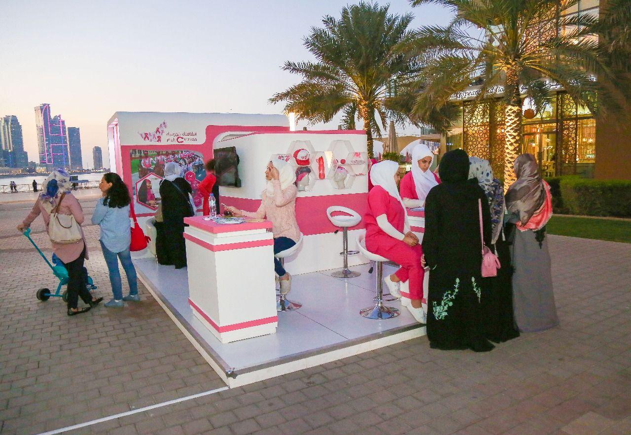 يوفر مستشفى الجامعة بالشارقة عيادة صحية في واجهة المجاز المائية بهدف تثقيف النساء حول مرض سرطان الثدي وأهمية الكشف المبكر عنه حيث يقوم Fun Slide Fun Caravan