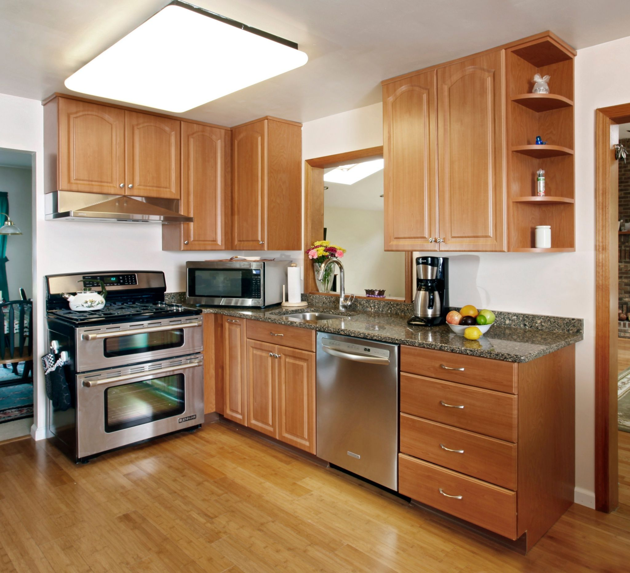 Kitchen quartz countertops with oak cabinets kitchen with for Kitchen pictures with oak cabinets