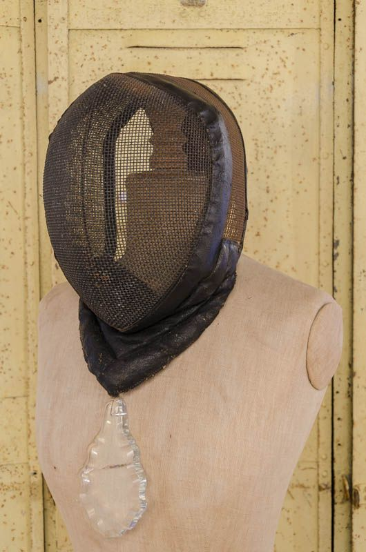 masque d 39 escrime brocante de la bruy re good form pinterest display. Black Bedroom Furniture Sets. Home Design Ideas