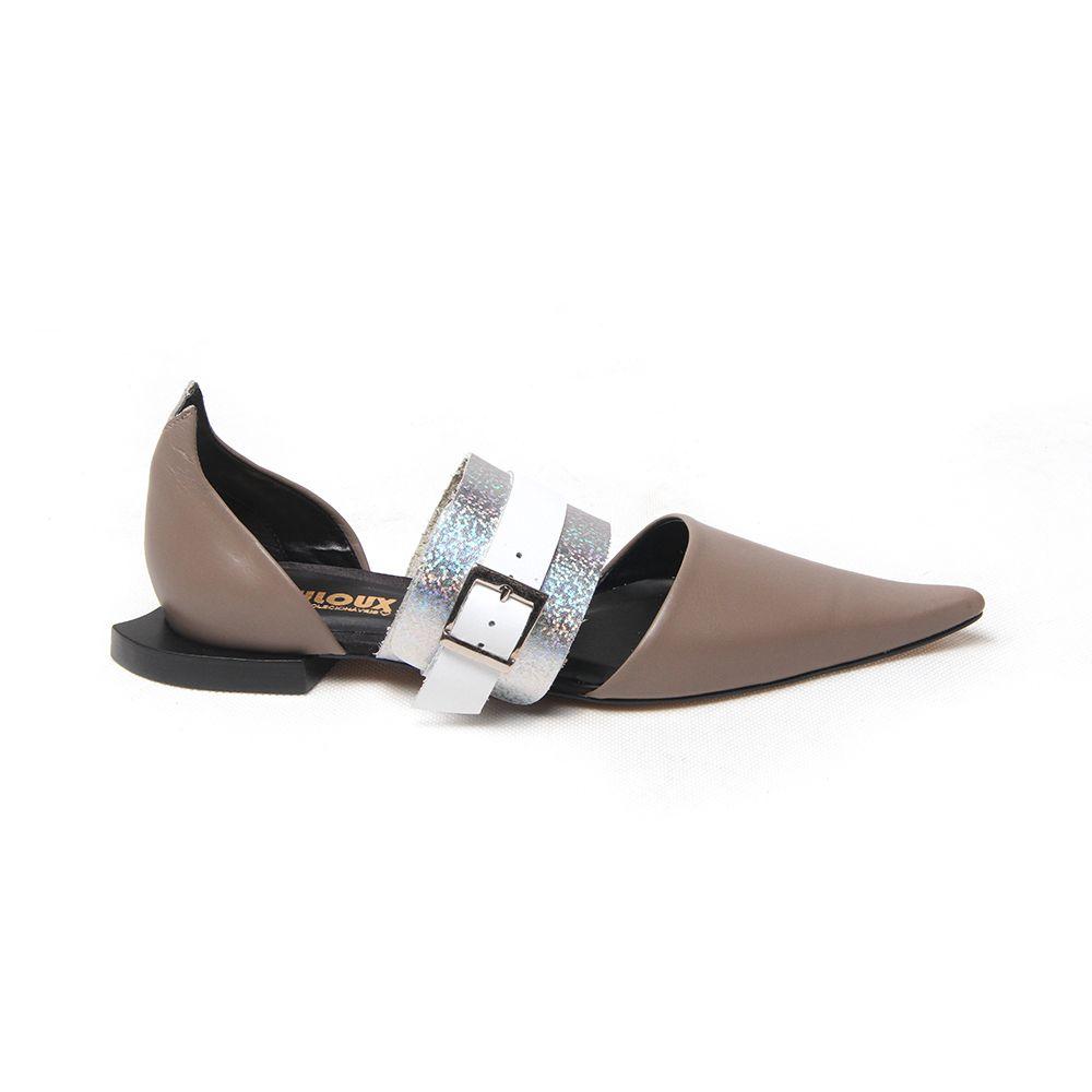 Sapato com bico fino em couro e detalhe holográfico - Louloux