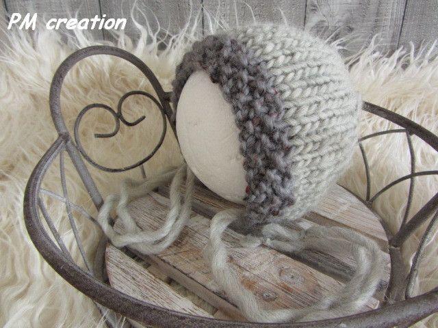 Babymütze in grau oder beige für Ihr perfektes Babyfoto, ideale für Winter Fotografieren.  Ein selbstgestricktes Mützchen ist das ideale Geschenkt für Neugeborenes.