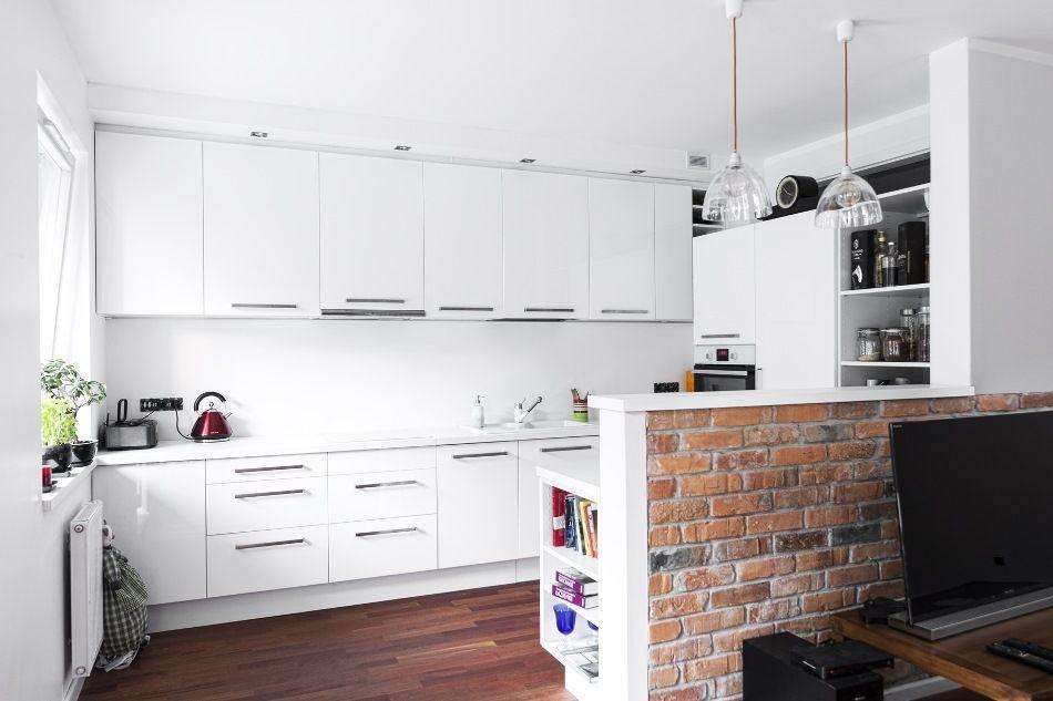 Biala Kuchnia Z Barkiem Z Cegly Home Interior Design Home House Interior