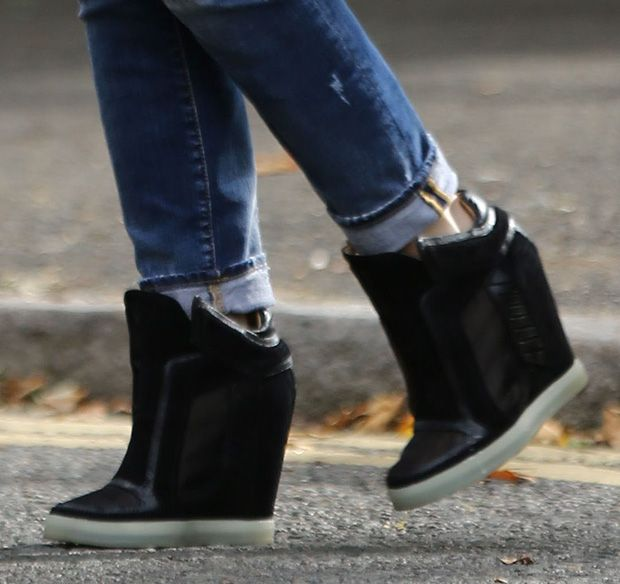 71b5e5614a281 How to Wear Distressed Jeans with Wedge Sneakers Like Gwen Stefani ...