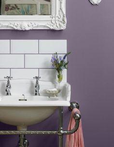 Lila Wandfarbe Badezimmer Vintage Waschbecken Handtuchhalter