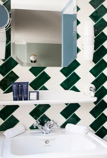 une belle rénovation de salle de bain carreaux de métro blanc et ...