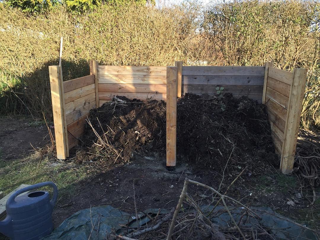 Når man løbende småstykker fra sit lager af lærketræ - så får man kun nok tilbage til en halv kompost  #kompost #selvbyg #bygselv  #diy #kolonihave by bonnies_kolonihave