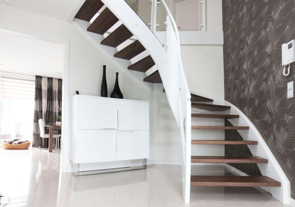 Beidseitig eingestemmte, offene wangentreppe; stufen holzart ...