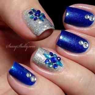 Uñas En Azul Brillante Y Plateado Decoradas Con Perlas