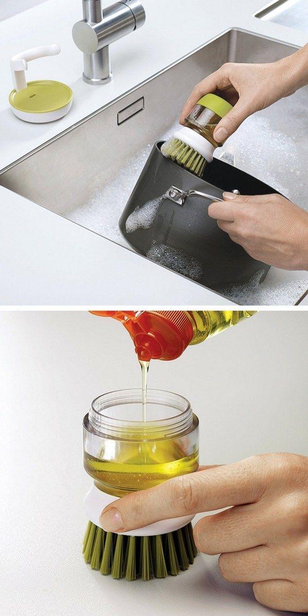 Une brosse à vaisselle pratique qui épouse la forme de la main et qui permet un bon dosage du liquide grâce au bouton doseur et au réservoir intégré