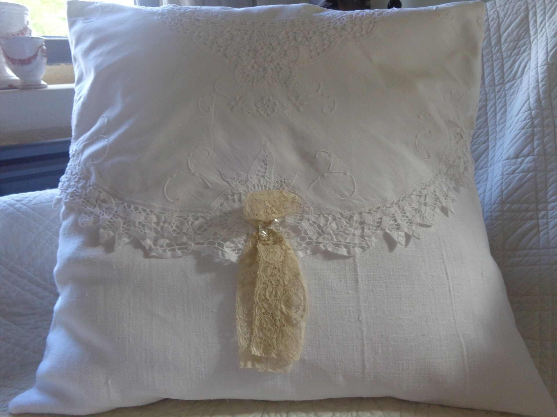 Manufacture Francaise Des Textiles D Ameublement housse de coussin en lin blanc ancien et dentelle shabby