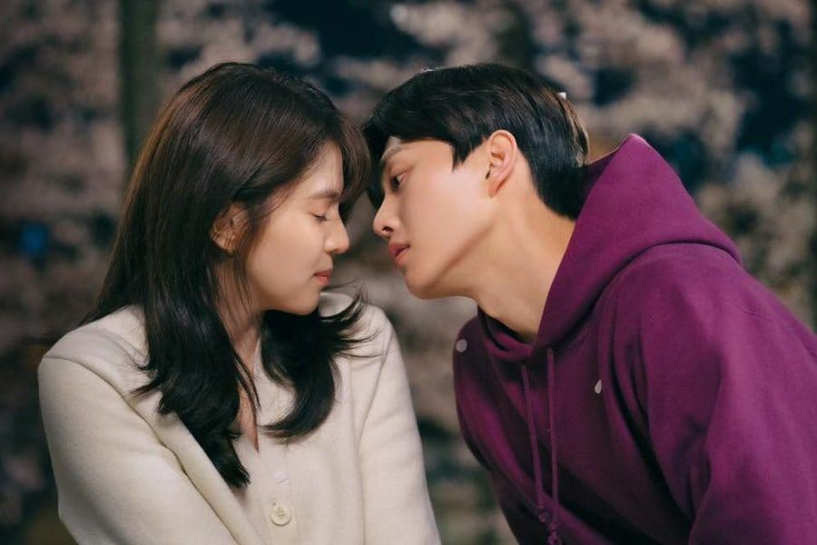 """Song Kang Captivates Han So Hee With His Irresistible Charm In """"Nevertheless"""""""