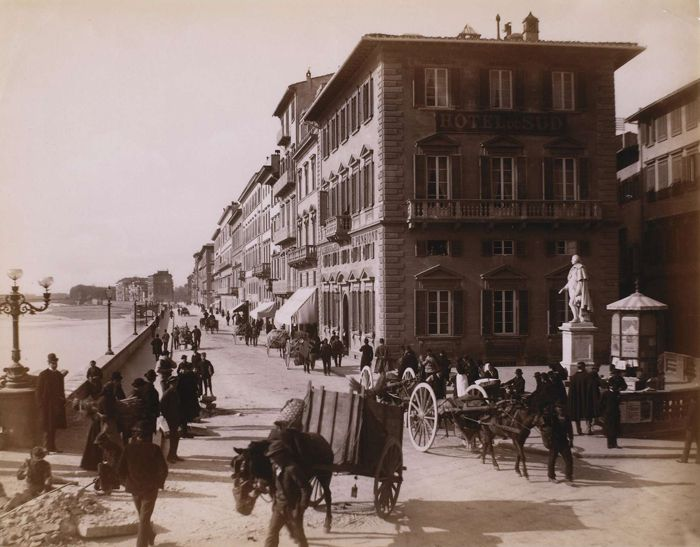 Florence - Nouveau quai de l'Arno avec l'Albergo de Sud : scène de rue, v. 1856-1881   Photographe : Giacomo Brogi