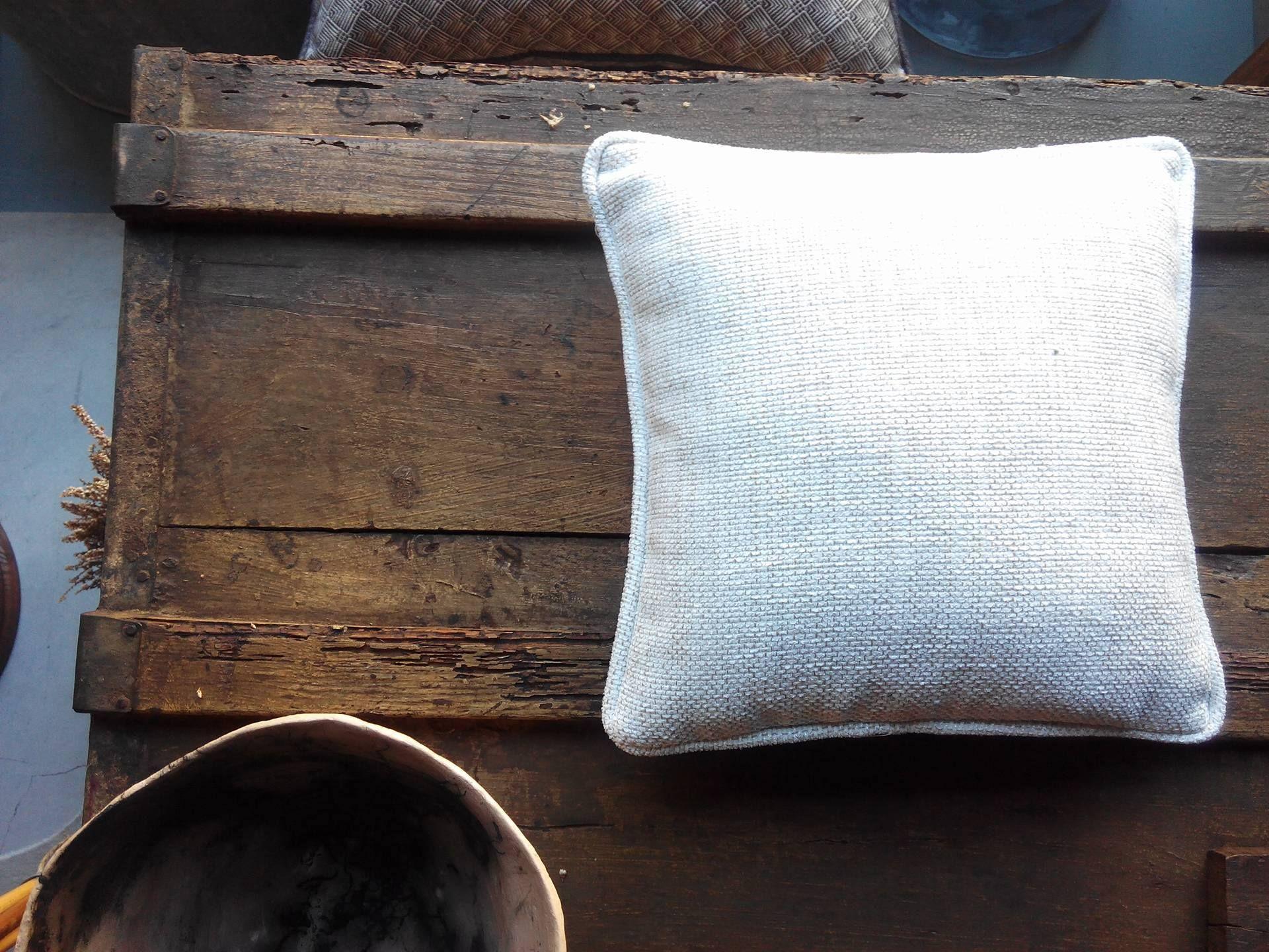Almofadas, sofás e cortinas. Madeiras, móveis e cerâmicas. #mercadoloftstore #almofada #almofadasdecor #pillow #pillows #simple #arca #bau #madeira #wood #umseisum #cerâmica #oficinabramica #ceramics #ceramic #technic #beauty #contraste #home #house #sala #casa #interior #store #decor #porto #padrão #plants #umseisum #natural #materials