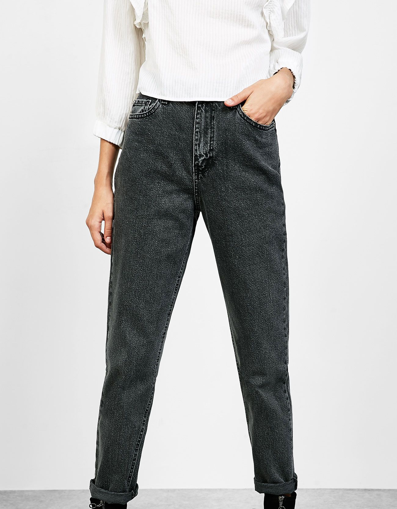 Jeansy o fasonie hight waist 'Mom Fit'.  Odkryj to i wiele innych ubrań w Bershka w cotygodniowych nowościach