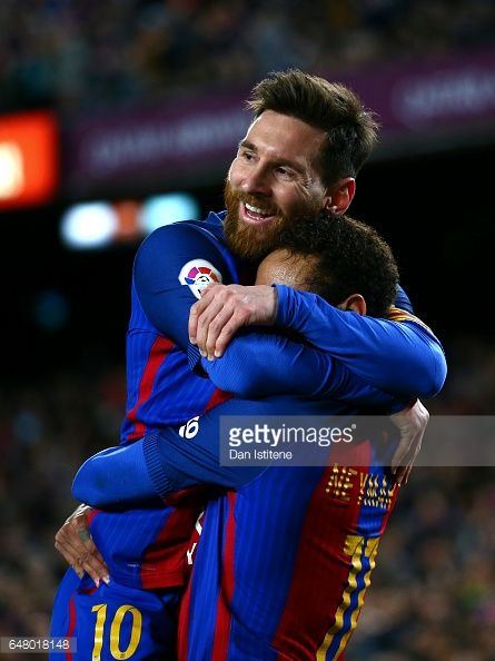 Fotografía de noticias : Neymar of Barcelona celebrates with Lionel Messi...