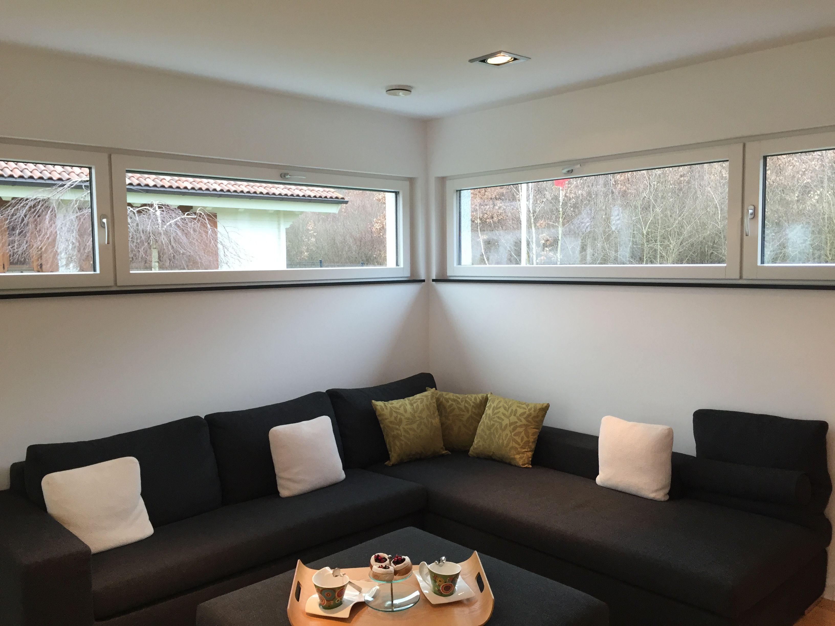 Hohe Fenster über Der Couch