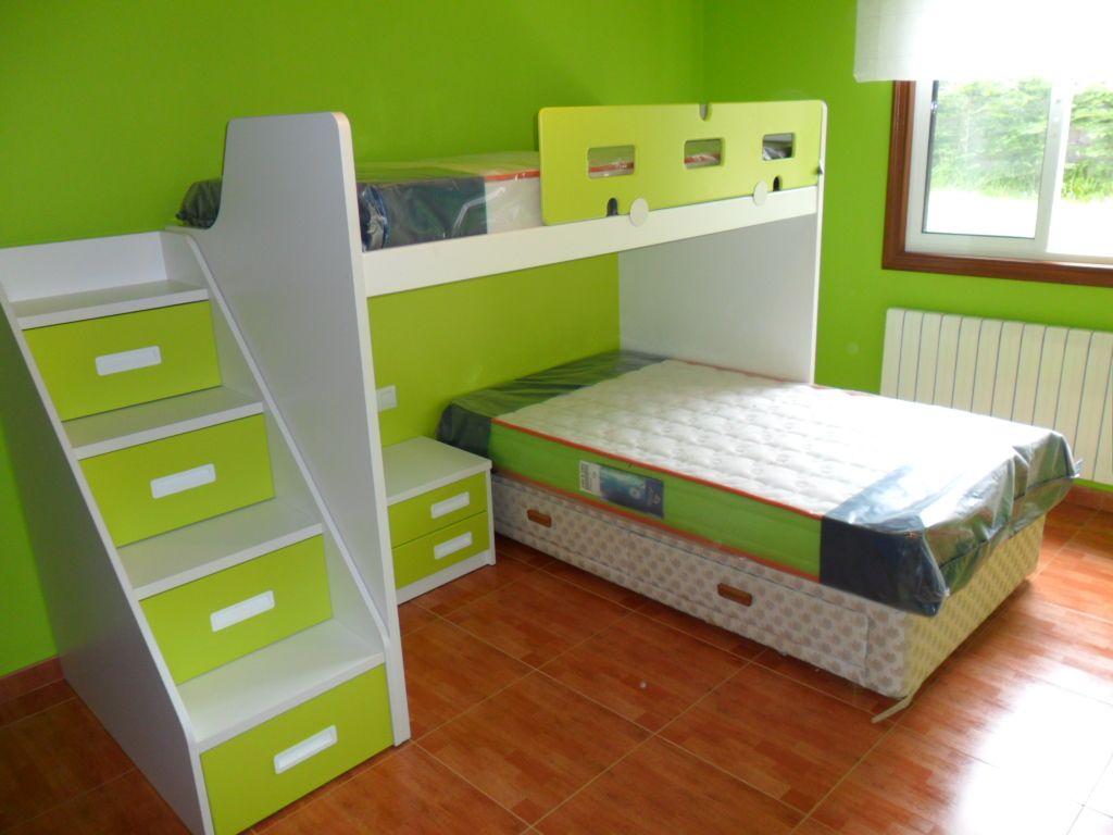 Dos camas con mucho estilo una escalera con almacenamiento til y una c moda de dos cajones - Dos camas en una ...