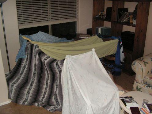 Casetas y campamentos hechos con sabanas, sillas,, debajo de la ...