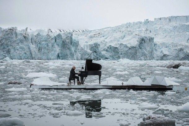 """20. Juni 2016. Vor dem Wahlenbergbreen Gletscher in Svalbard, Norwegen, hat sich der italienische Pianist Ludovico Einaudi mit seinem Flügel auf einem Ponton positioniert. Er spielt eine seiner eigenen Kompositionen """"Elegie für die Arktis"""". Inspiriert wurde er von acht Millionen Stimmen aus aller Welt, welche sich für den Schutz der Arktis erheben."""